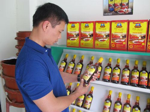 Người tiêu dùng vẫn khó nhận biết đâu là sản phẩm nước mắm Phú Quốc xịn với sản phẩm mang danh Phú Quốc. Ảnh: VQ