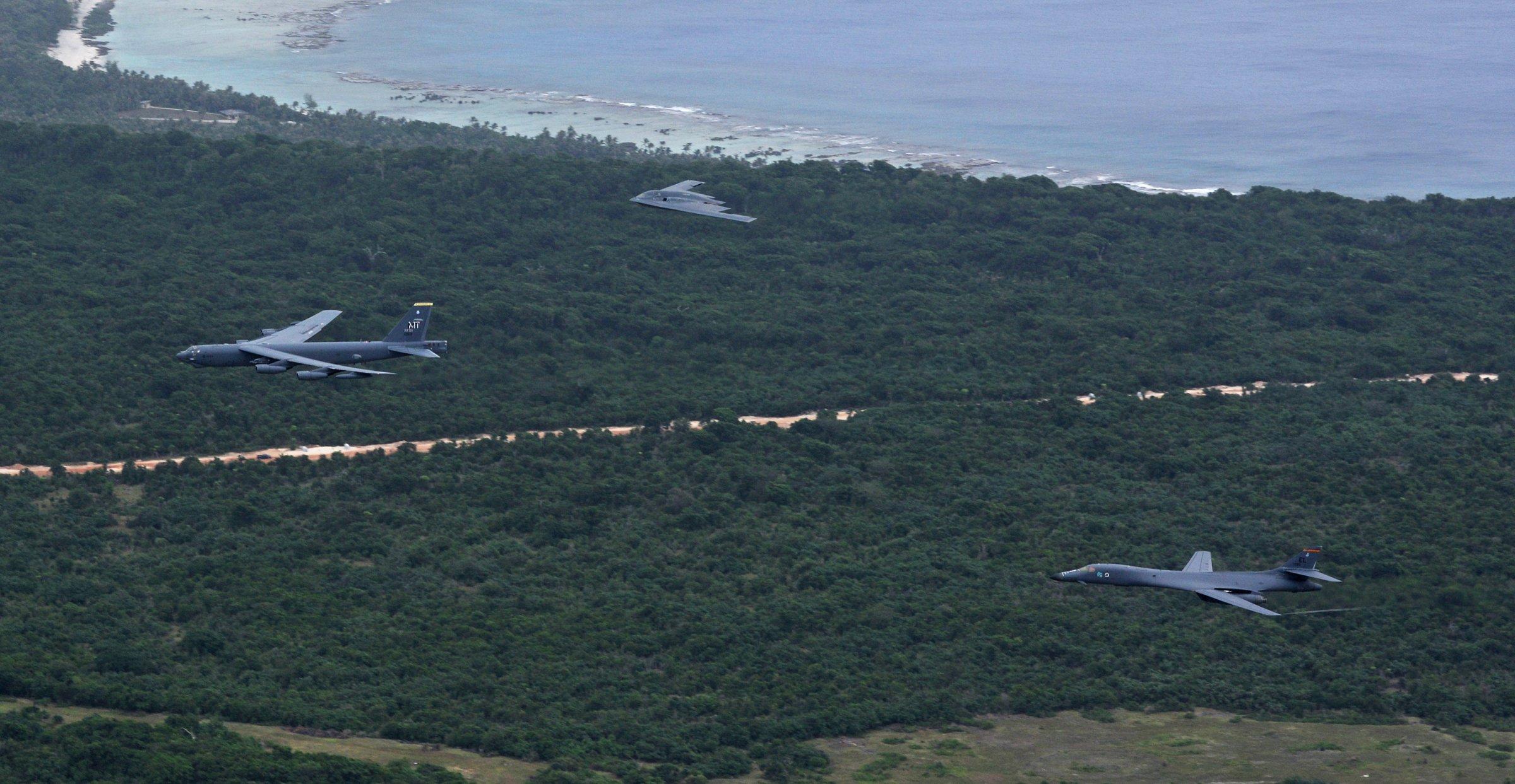 Lần đầu tiên 3 siêu máy bay ném bom B-1, B-2, B-52 cùng bay tới biển Đông. Ảnh: Không quân Mỹ