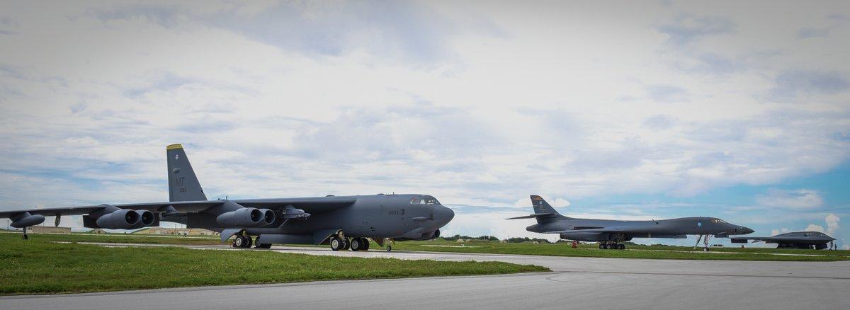 B-52, B-1, và B-2 (từ phải qua trái) trên đường băng ở Căn cứ Không quân Andersen ở Guam. Ảnh: Không quân Mỹ