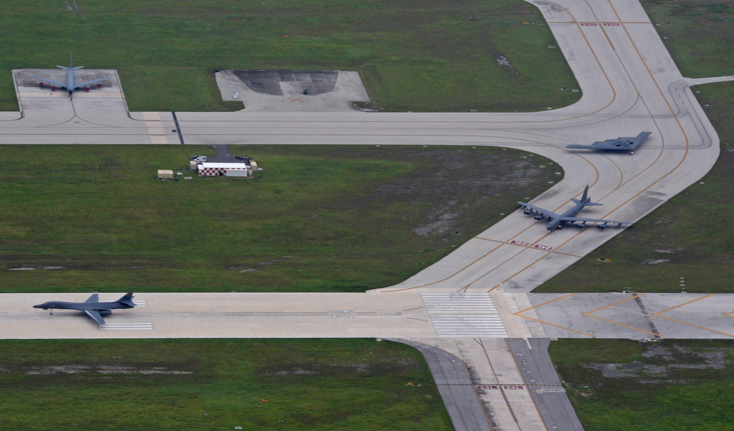 Ba chiếc máy bay ném bom tên đầy đủ là B-52 Stratofortress, B-1 Lancer và B-2 Spirit. Ảnh: Không quân Mỹ
