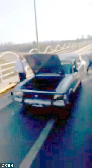 Chiếc xe tang hư hỏng giữa đường. Ảnh: CEN