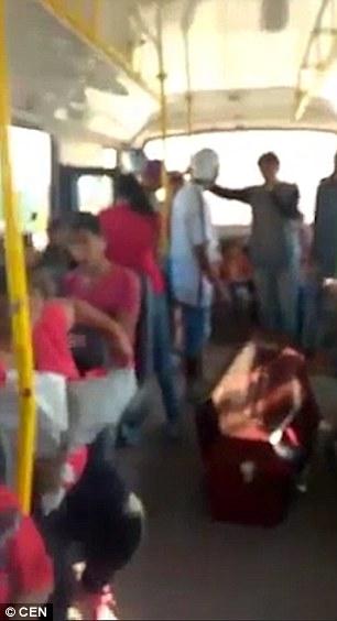 Đi xe buýt cùng quan tài quả là trải nghiệm hiếm thấy. Ảnh: CEN