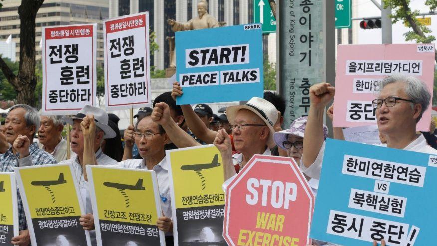 Người biểu tình Hàn Quốc phản đối tập trận Người bảo vệ Tự do Ulchi gần Đại sứ quán Mỹ tại Seoul hôm 22-8. Ảnh: AP