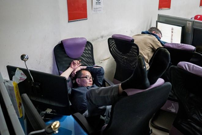 3h sáng, một người đàn ông đang ngủ tại New Space Internet cafe nằm trên góc đường Forsyth và East Broadway ở khu phố Tàu. Giá nhà đất gia tăng chóng mặt những năm qua khiến mỗi người phải trả ít nhất 7 USD trong một quán cà phê như thế ở Manhattan, New York.