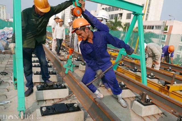Dự án đường sắt đô thị Cát Linh - Hà Đông (Hà Nội) khởi công tháng 10.2011, gồm 13 km đường sắt đi trên cao.
