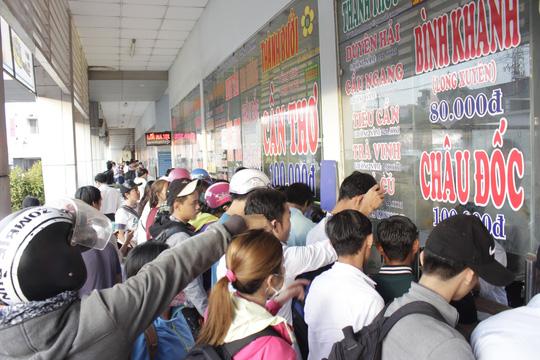 Người dân tập trung đông, chen lấn mua vé chờ đợi tại các quầy bán vé và nhà chờ khách khiến những khu vực này đông đúc, quá tải.