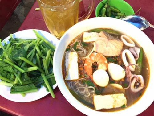 """Ngon ngọt bún cá hồi """"đồn thổi"""" ở Phan Thiết"""