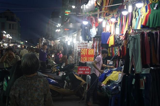Chợ Hạnh Thông Tây bắt đầu hoạt động từ 4 giờ chiều và đông đúc nhất vào 8 giờ tối. Những ngày giáp Tết, chợ hoạt động đến 12 giờ đêm. Ảnh: Khải Trần.