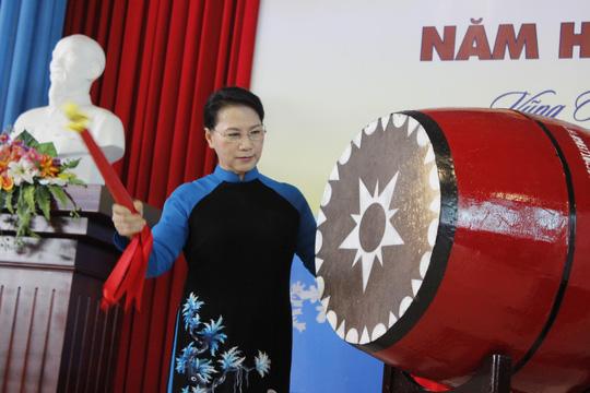 Chủ tịch Quốc hội Nguyễn Thị Kim Ngân đánh trống khai giảng năm học mới tại trường chuyên Lê Quý Đôn
