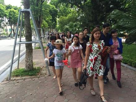 Du khách trên đường phố Hà Nội