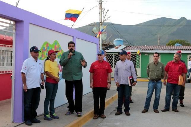 Tổng thống Maduro trao nhà trên đảo Margarita hôm 2-9, trong hình ảnh do chính phủ Venezuela công bố. Ảnh: REUTERS
