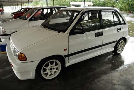 Những chiếc ô tô có tuổi đời gần 20 năm có giá bán dưới 100 triệu là sự lựa chọn của người ít tiền.