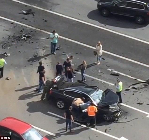 Chiếc BMW gặp tai nạn thuộc đăng ký chính thức của Hội đồng Liên bang – còn được biết tới là Thượng viện Nga. Ảnh: CEN