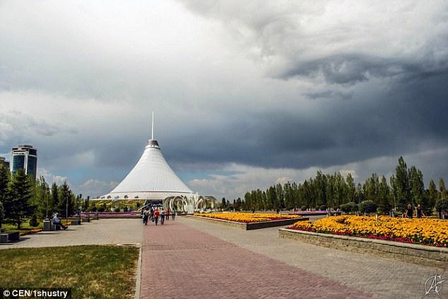 Đám mây hình thành một hình tượng giống con mắt giữa bầu trời khiến cư dân mạng sửng sốt. Ảnh: CEN