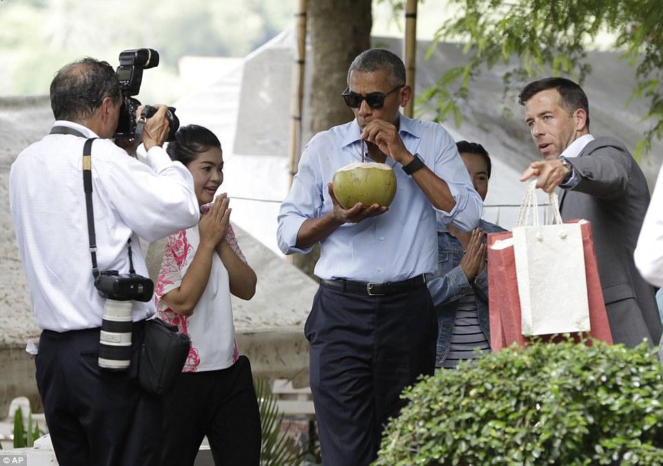 """Uống nước dừa, Tổng thống Obama """"quyến rũ"""" Lào"""