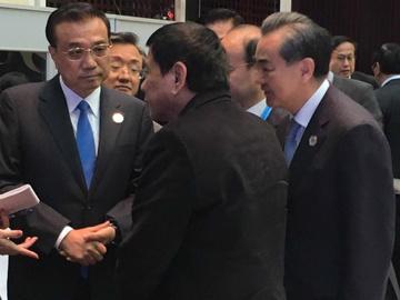 Tổng thống Philippines Rodrigo Duterte gặp Thủ tướng Trung Quốc Lý Khắc Cường lần đầu tiên bên lề Hội nghị Thượng đỉnh ASEAN tại Vientiane, Lào. (Ảnh do Cố vấn hòa bình của Tổng thống Duterte là ông Jesus Dureza công bố)