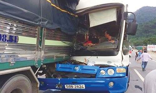 Xe khách đâm vào đuôi xe tải để giảm tốc độ khi bị mất phanh. Ảnh: Hoài Thanh.