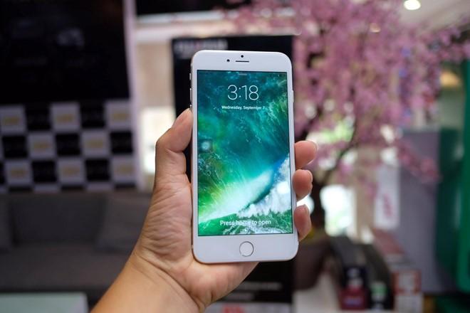 Phải đến sự kiện diễn ra vào đêm 7-9, Apple mới chính thức vén màn sản phẩm iPhone 7 Plus nhưng từ trước đó, các tin đồn về sản phẩm xuất hiện nhan nhản trên mạng. Đó là cơ sở để các công ty sản xuất smartphone nhái tại Trung Quốc cho ra mắt những model giống bản gốc đến từng chi tiết.