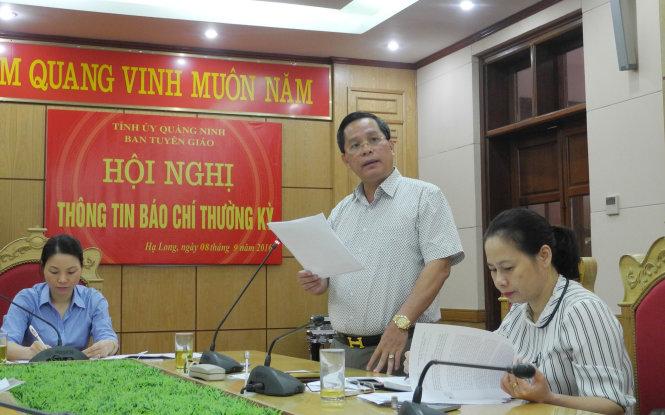 Chủ tịch UBND TP Hạ Long Phạm Hồng Hà thông báo chấm dứt dịch vụ ăn tiệc trong hang động vịnh Hạ Long tại họp báo sáng 8-9 - Ảnh: ĐỨC HIẾU
