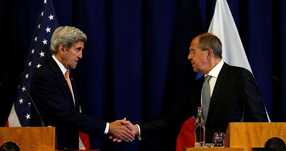 Ngoại trưởng Mỹ John Kerry (trái) và người đồng cấp Nga Sergei Lavrov (phải) bắt tay sau cuộc họp báo tại Geneva - Thụy Sĩ hôm 9-9-2016. Ảnh: Reuters