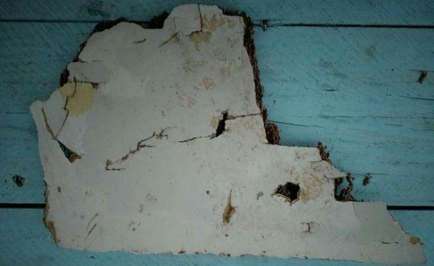 Mảnh vỡ khác nghi của MH370 do ông Gibson tìm thấy