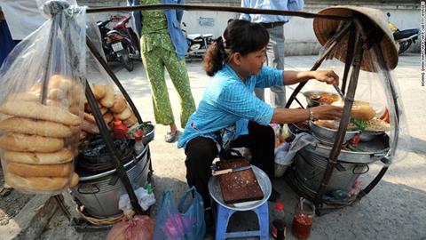 Gánh bánh mì rong trên đường phố Sài Gòn.