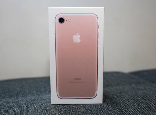 Giá của iPhone 7 khi về Việt Nam cao hơn nhiều mức giá chào hàng của các cửa hàng trước đó. Ảnh: Huy Đức.