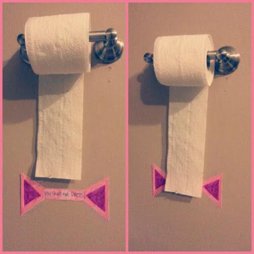 Bạn có từng phải nhắc nhở con nhiều lần rằng đừng kéo thừa giấy vệ sinh rồi vứt bừa bãi trên sàn nhà? Nếu có thì đây là mẹo hữu ích cho bạn. Hãy đánh dấu vị trí được phép kéo giấy đến trên tường để trẻ biết giới hạn.