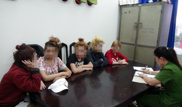Cơ quan Công an đang làm việc với các em bé gái được giải cứu khỏi quán Diệu Hiền