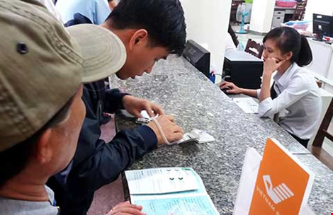 Người dân đợi làm thủ tục lãnh tiền vay tiêu dùng tại TP HCM. Ảnh: HTD