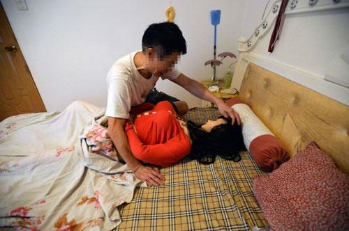 Ông Zhang nói con búp bê mang linh hồn của vợ mình. Ảnh: The Sun.
