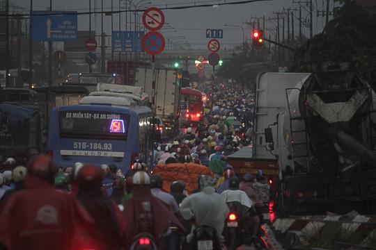 Vụ tai nạn cùng cơn mưa khiến giao thông trên Quốc lộ 1 tê liệt suốt 2 giờ.