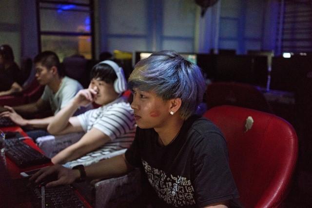 Một game thủ thường xuyên chơi qua đêm tại Hi Speed Internet Cafe trên đường Eldridge. Ban ngày, nơi đây đầy ắp game thủ, nhưng về đêm lại là nơi trú ngụ của rất nhiều người vô gia cư. Tiệm Internet này đã đóng cửa vào tháng 5 sau khi hai người đàn ông bị đâm trong một cuộc xô xát.