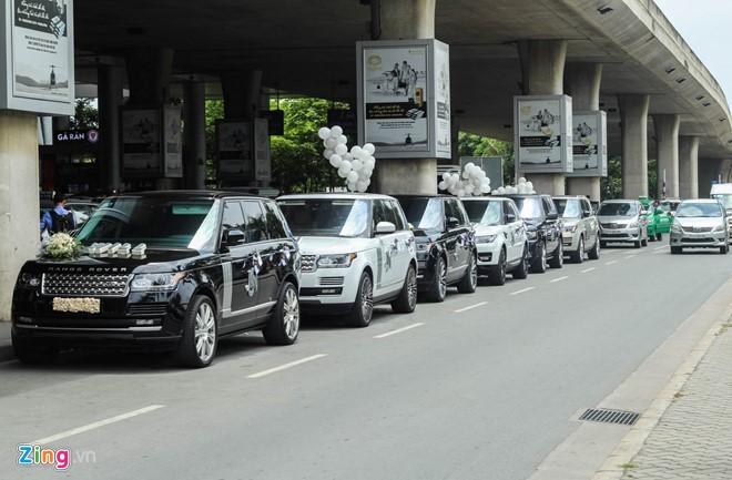Doanh nhân quản lý Nhựa Long Thành gây chú ý khi mang cả dàn xe sang ra sân bay đón vợ từ nước ngoài trở về. Ảnh: Thạch Lam