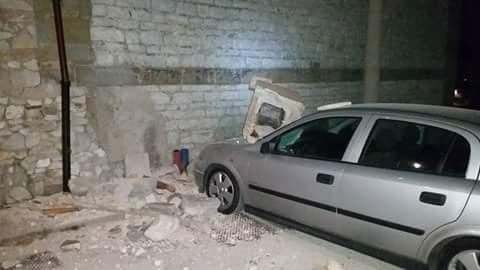 Một cư dân mạng chụp cảnh tòa nhà bị hư hỏng do động đất. Ảnh: TWITTER