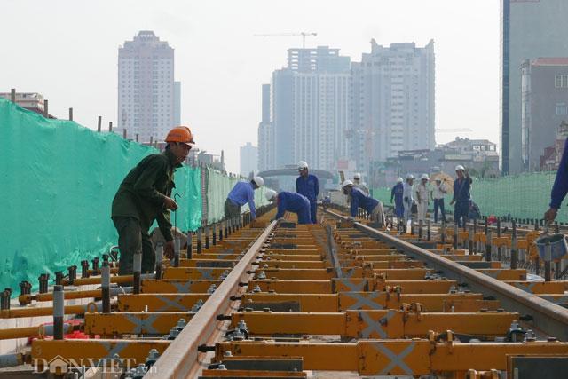 Những mét ray đầu tiên đã bắt đầu được lắp đặt tại khu gian (khu vực giữa 2 nhà ga) Vành đai 3 và Thanh Xuân