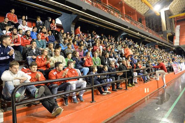 Trận đấu thu hút sự quan tâm của đông đảo khán giả chủ nhà