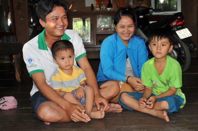 Vợ chồng anh Hồ Văn Bạch và 2 con trai.