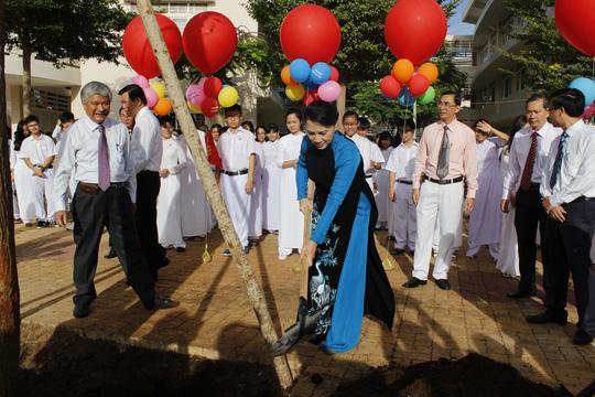 Chủ tịch Quốc hội tham quan và trông cây lưu niệm tại trường chuyên Lê Quý Đôn