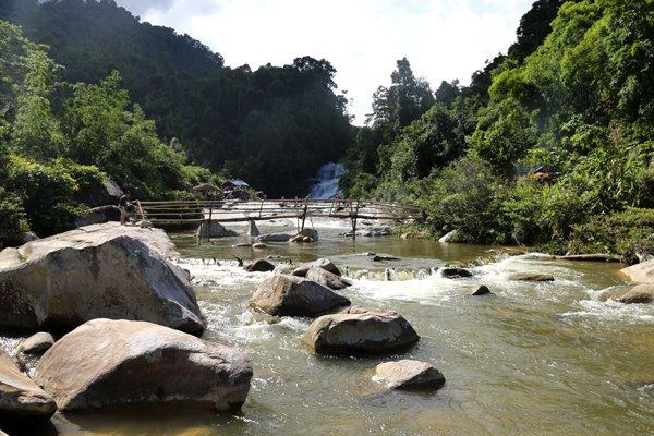 Đường dẫn vào thác giữa những khu rừng.