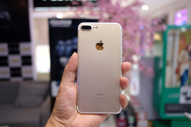 Nhìn thoáng qua, gần như khó phân biệt được iPhone 7 nhái với máy chính hãng. Chiếc máy này cũng sử dụng vỏ kim loại, đường nét giống hệt iPhone, kèm cụm camera kép và dải ăng-ten tái thiết kế.