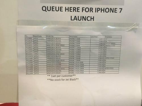 Một cửa hàng Apple ở Singapore thông báo không có màu Jet Black và số lượng iPhone 7 Plus cũng hạn chế trong ngày mở bán. Ảnh: Văn Thắng