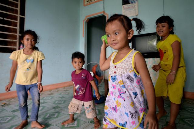 Quen với cuộc sống ở ngoài phố nên khi vào sống trong làng, bé Yến khá lạ lẫm. Để giúp bé làm quen, chị Liên thường gọi các anh chị con chú bác đến nhà chơi cùng với Yến.