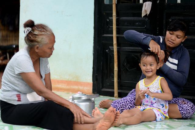 Nụ cười hồn nhiên của bé Yến khi được mẹ buộc tóc