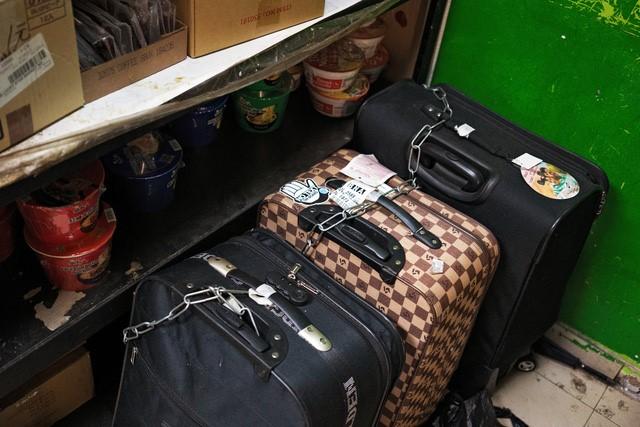 Hành lý được xích lại tại đây. Nhiều tiệm Internet cà phê ở đây gần với những địa điểm đón bắt xe bus vào khu phố Tàu.