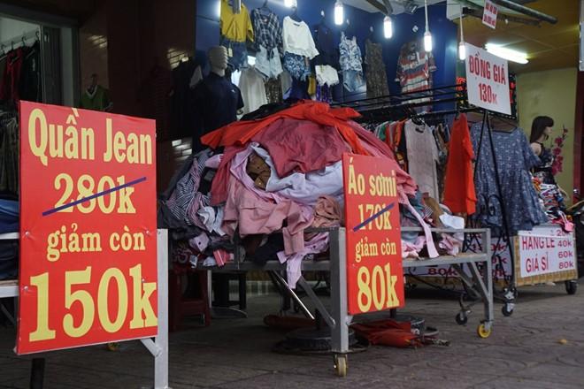 Quần áo chất đống bán giá từ 5.000 đồng đến 150.000 đồng. Ảnh: Khải Trần.