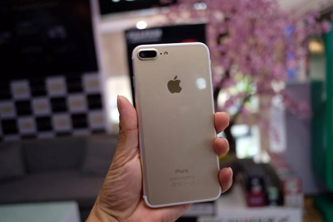 Anh Chu Bình - một người làm kinh doanh tại Hà Nội - cho biết anh mua máy từ một đơn vị bán hàng Trung Quốc với giá 2,35 triệu đồng vì thấy nó giống với iPhone 7 Plus tin đồn, chứ không có ý định kinh doanh dòng sản phẩm này.