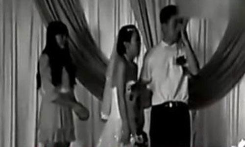 Wu đau đớn phát hiện ra bố cô là một người giàu có trong đám cưới một người bạn.Ảnh: Sohu.