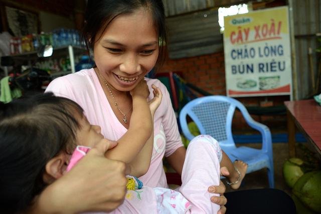 Chị Trang cho biết thêm, như có sợi dây liên kết giữa chị và bé Lan Anh, khi hai mẹ con gặp nhau lần đầu tiên, bé sà vào lòng chị như người thân quen từ trước