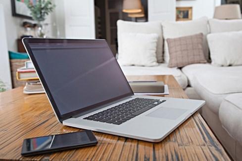 Cần áp dụng các biện pháp bảo vệ tài khoản khi chia sẻ máy tính cho nhiều người sử dụng ẢNH: AFP